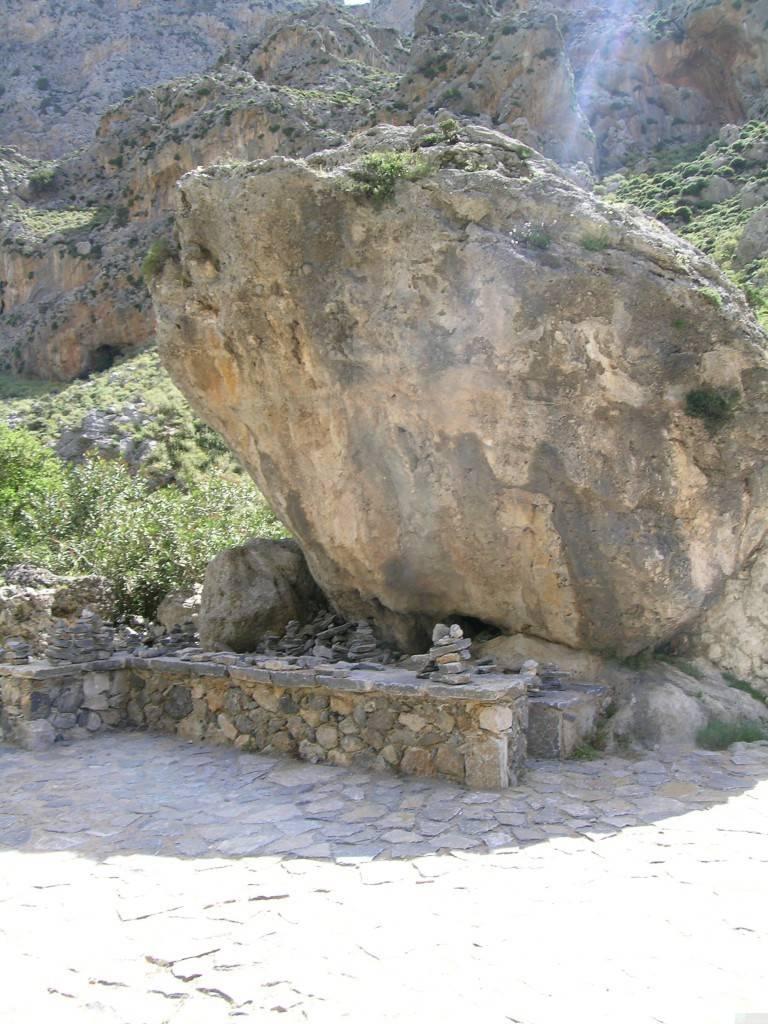 Огромный камень на дне ущелья