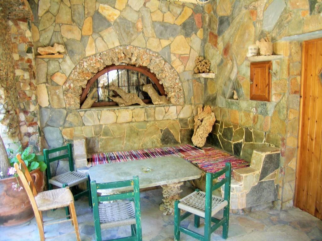 каменный стол в саду Кумос