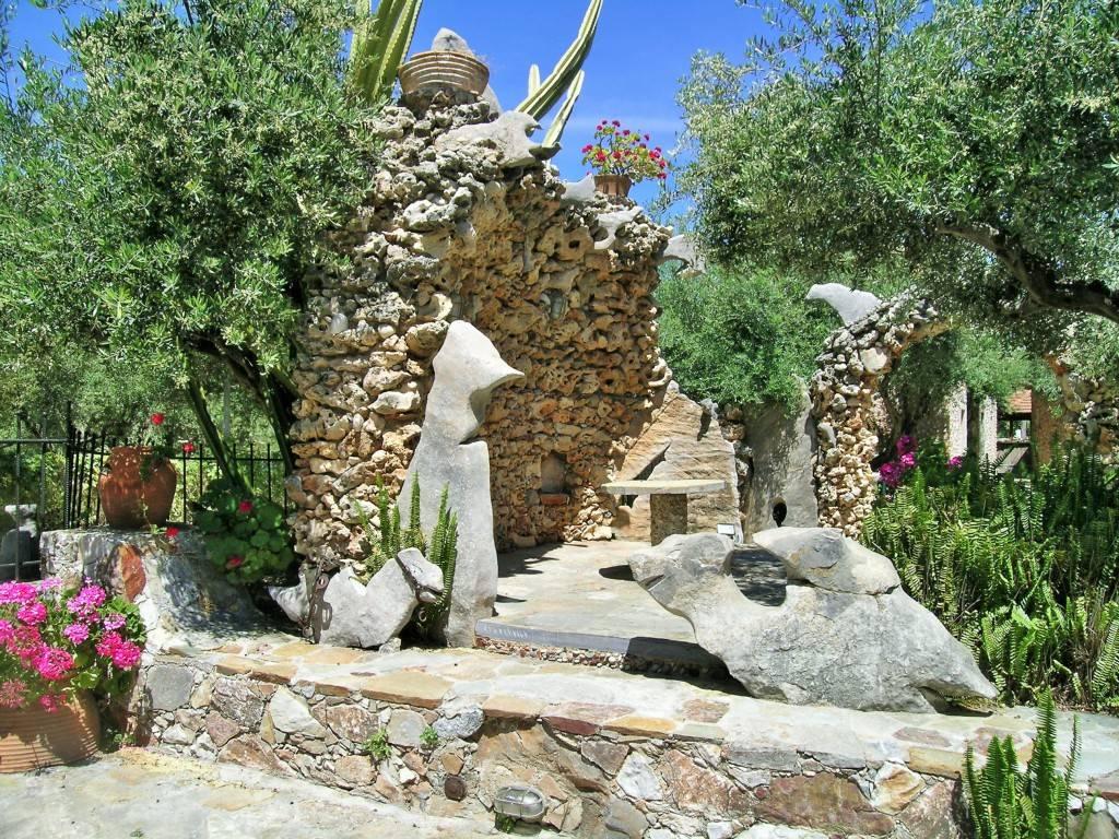 скульптуры в саду Кумос