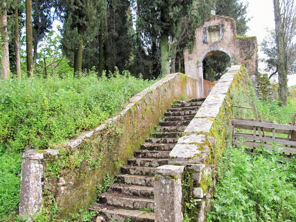 Старая Перисия. Арка перед церковью.