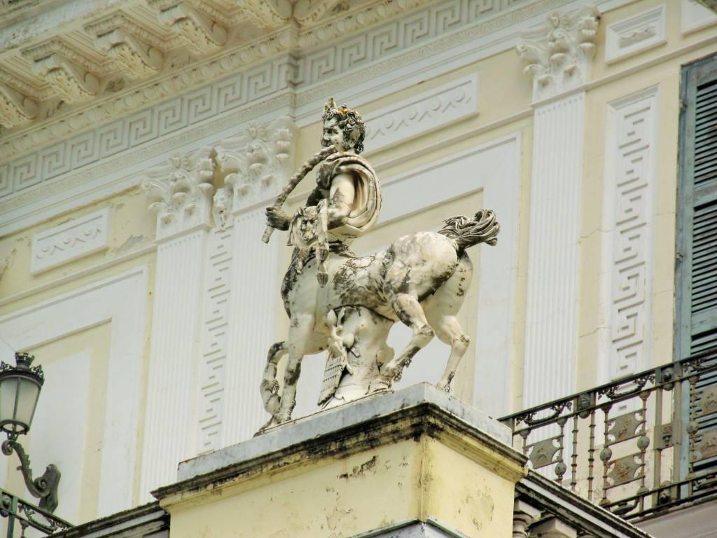Одна из скульптур украшающих дворец Ахиллеон