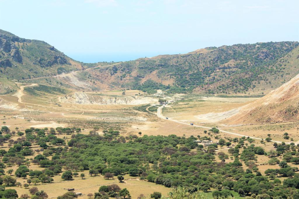 Вдалеке кратер вулкана Нисирос