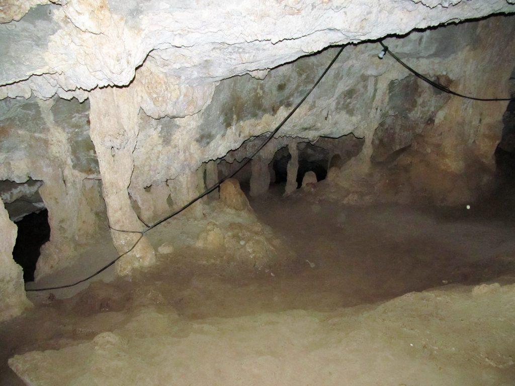 Внутри пещеры Милатос