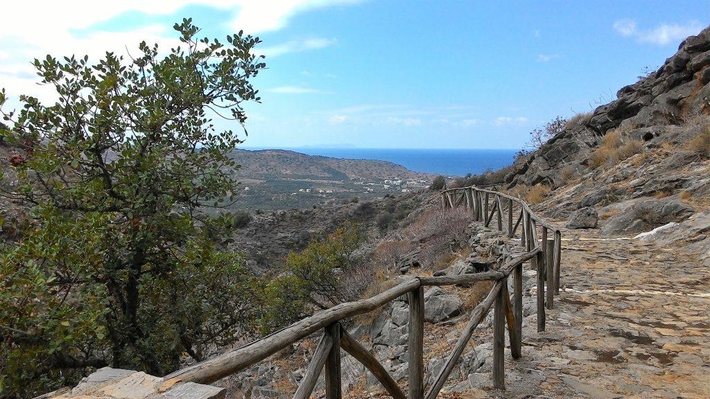 Тропинка к пещере Милатос